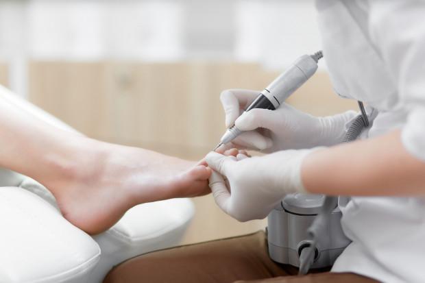 Podolog jest specjalistą zajmującym się diagnozowaniem, leczeniem dolegliwości i dysfunkcji w obrębie stopy oraz ich pielęgnacją.