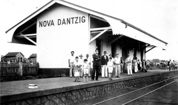 """Stacja kolejowa w Nowym Gdańsku, otwarta w 1935 r. Do nazwy podchodzono jednak dość swobodnie, używając wymiennie słów """"Dantzig"""" i """"Danzig""""."""