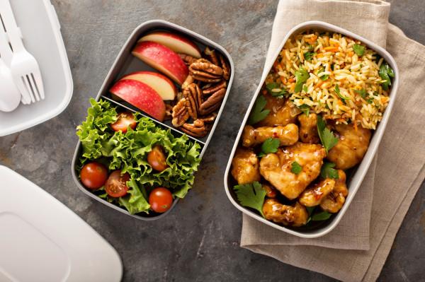 Kupując opakowanie na lunch warto zwrócić uwagę na materiał, z którego został wykonany.