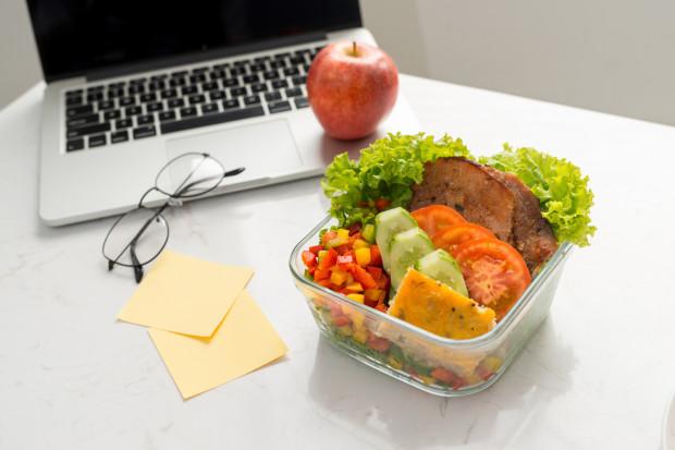 Nosząc w torbie zaplanowany wcześniej posiłek, będziemy mogli sięgnąć po niego w dowolnym momencie. W ten sposób będziemy mieć pod kontrolą uczucie głodu, a co za tym idzie, mocno zmniejszymy ryzyko, że sięgniemy po pierwszą lepszą gotową przekąskę kupioną pod wpływem chwili.
