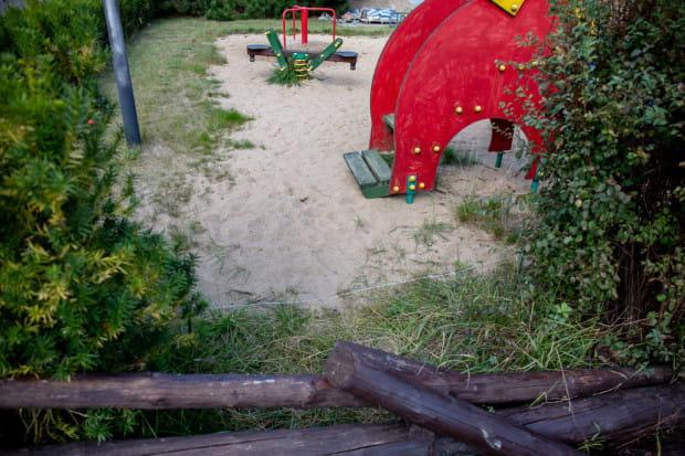 Elektryczny pastuch mający odstraszać dziki otacza plac zabaw.