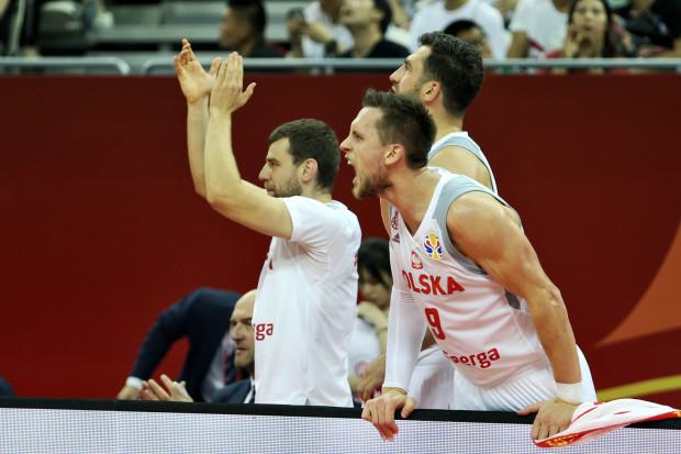Mateusz Ponitka (nr 9) dał jedyne prowadzenie Polsce w meczu z USA. Adam Hrycaniuk z Arki Gdynia (w drugim rzędzie) potwierdził, że na turnieju w Chinach przeżywał drugą koszykarską młodość.