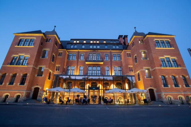 Browar PG4 - wraz z położonym na wyższych kondygnacjach czterogwiazdkowym hotelem Central - mieści się w piwnicach zabytkowego budynku dawnej przychodni kolejowej, tuż obok dworca Gdańsk Główny.