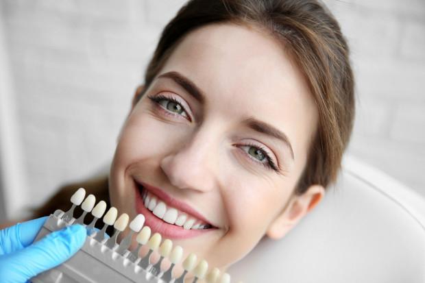 Aby zachować lśniący i piękny uśmiech, należy dbać o regularną higienę zębów oraz wybrać odpowiednią metodę wybielania.