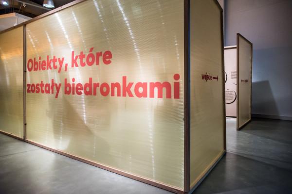 Wystawa przyciągnęła wiele osób zainteresowanych tematem. Na zdjęciu wejście na wystawę tuż przed jej otwarciem.