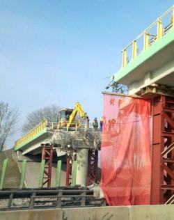 Pracy rozbiórkowe na uszkodzonym wiadukcie w Borkowie.