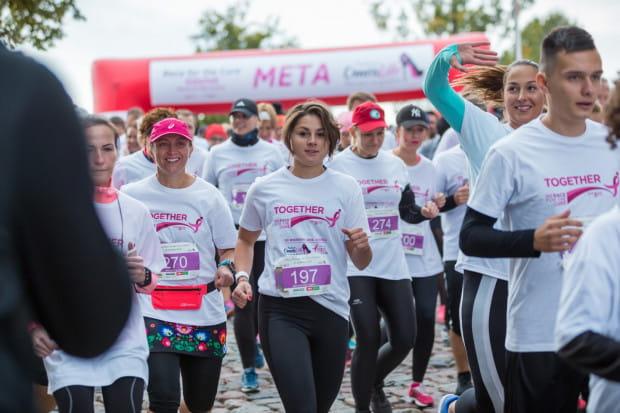 W biegu Race of the Cure osoby dotknięte rakiem pobiegną w różowych koszulkach. Pozostali natomiast założą t-shirty koloru białego, wyrażając tym samym gest solidarności w walce z rakiem piersi. Obie grupy wspólnym biegiem upamiętnią tych, których już z nami nie ma.