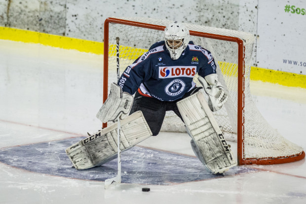 22-letni golkiper w meczu z Zagłębiem Sosnowiec zadebiutował w tym sezonie, zastępując Tomasa Fucika. Na tafli lodu spędził łącznie nieco ponad 42 minuty, w trakcie których wpuścił tylko jednego gola.