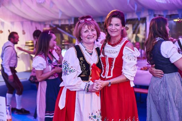 Wielu gości przybyło na zabawę w Brovarni Hotelu Gdańsk w tradycyjnych ludowych strojach: niektórzy w bawarskich, inni m.in. w kaszubskich.