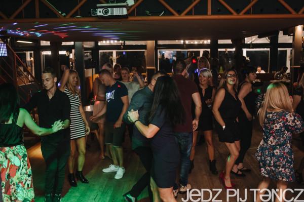 Jedz Pij Tańcz w Gdyni to lokal, w którym potańczymy oraz zjemy późną kolację - w piątki i soboty kuchnia działa do północy.