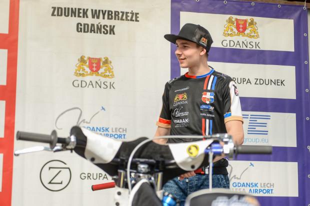 Karol Żupiński w sobotnim Grand Prix Polski wystartuje jeśli jeden z zawodników wjedzie w taśmę lub wycofa się z zawodów. Gdy pojawi się na torze, zostanie pierwszym wychowankiem Wybrzeża z występem w tym cyklu.
