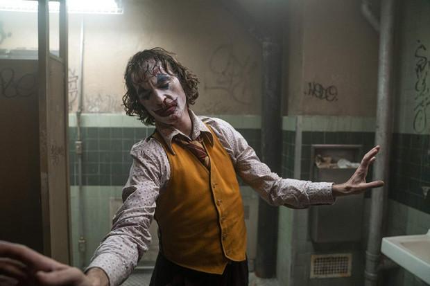 Arthur Fleck (Joaquin Phoenix) dorabia jako uliczny klaun, a po powrocie z pracy opiekuje się schorowaną matką w zapuszczonym mieszkaniu, w którym aż nadto można odczuć wszechobecną biedę. Wyalienowany, osamotniony i schorowany próbuje odnaleźć właściwą drogę. Jak się okaże, to nie ten kierunek.