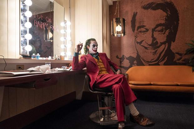 """""""Joker"""" unika hollywoodzkiego przepychu, stroni od masowej rozrywki i reguł mainstreamu. To kameralne kino skupione na szaleńcu, który nie umie poradzić sobie z narastającym gniewem i destrukcyjną chorobą. Znakomity thriller psychologiczny."""