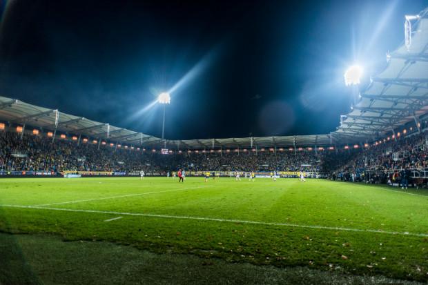 Po trzech latach na Stadionie Miejskim w Gdyni derby Trójmiasta piłkarzy będą mogli z trybun obejrzeć zarówno kibice Arki Gdynia, jak i Lechii Gdańsk. Przygotowano około 13,5 tys. miejsc.