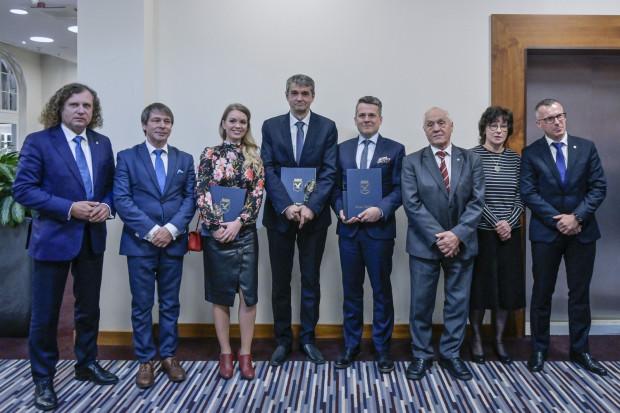 """Pamiątkowe zdjęcie nagrodzonych """"Sopockimi Muzami"""", wręczających i władz miasta Sopotu."""