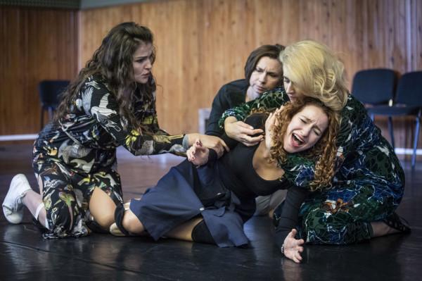 """W """"Oldze"""" ujrzymy 12 solistów. Wśród nich Katarzynę Nowosad jako Carmen Ghioldi (po lewej), Julię Jarmoszewicz, czyli Elise Ewert (w środku) czy Katarzyna Wietrzny w roli Olgi Benário. W tle widać Annę Osior z Chóru OB."""