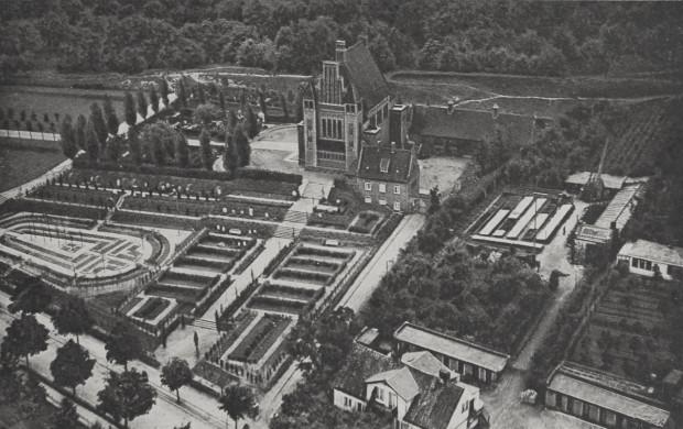Kompleks krematorium miejskiego widziany z lotu ptaka na przedwojennej pocztówce. Na dole zdjęcia widać dzisiejszą ul. Traugutta.