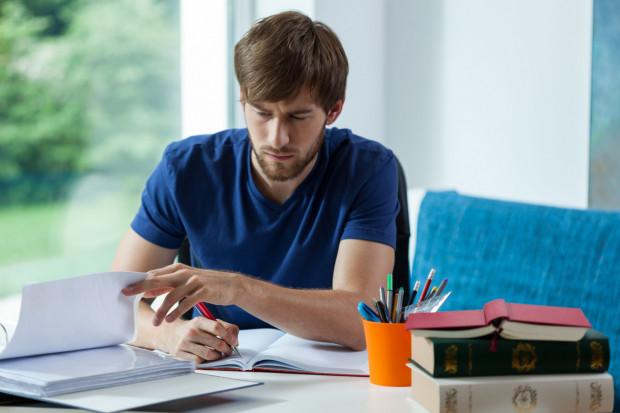 """Pracodawca, który chce """"przywiązać do siebie"""" pracownika, powinien dążyć do podpisania takiej umowy przed jej opłaceniem lub przed rozpoczęciem nauki."""
