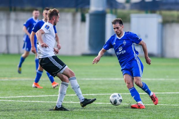 Laurentiu Iorga (z prawej) jest najbardziej znanym zagranicznym piłkarzem z niższych lig w Trójmieście. Rumun nie jest jednak rodzynkiem. Piłkarza spoza granic Polski występują również w innych klubach.