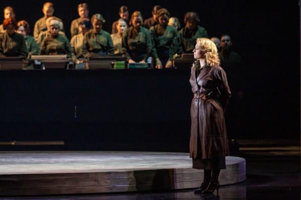 W premierowym spektaklu rolę Olgi powierzono sopranistce Katarzynie Wietrzny. Jednak największe wrażenie robi bardzo dobrze dysponowany Chór, który śpiewa między innymi nad maszynami do pisania, pozyskanymi ze zbiórki od widzów i melomanów.