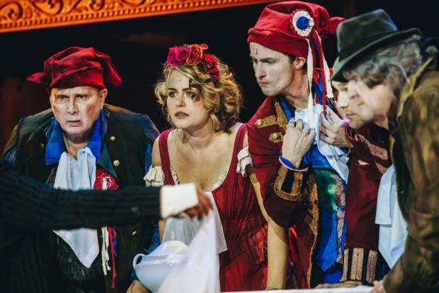 Najjaśniejszym punktem obsady jest Agata Bykowska (w środku), która tworzy doskonałą kreację Maryni, prostej dziewki, której marzy się niesienie ideałów rewolucji niczym kaganka oświaty.