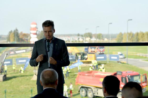 Tomasz Kloskowski na tle placu budowy nowej części terminalu.
