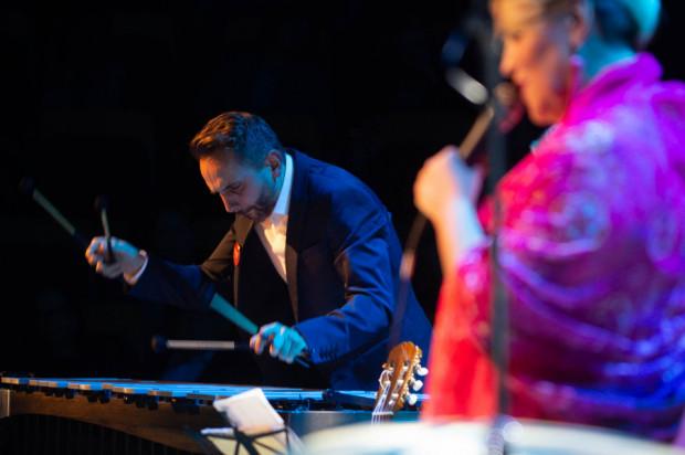 Zdarzają się artyści, którzy do tego, jak prezentują się na scenie, nie przykładają w ogóle uwagi. Panowie z Krystyna Stańko Quintetu z pewnością nie zaliczają się do tego grona, a ich występy są miłe nie tylko dla ucha, ale i dla oka. Na zdj. wibrafonista Dominik Bukowski podczas koncertu Głosy dla Hospicjów.