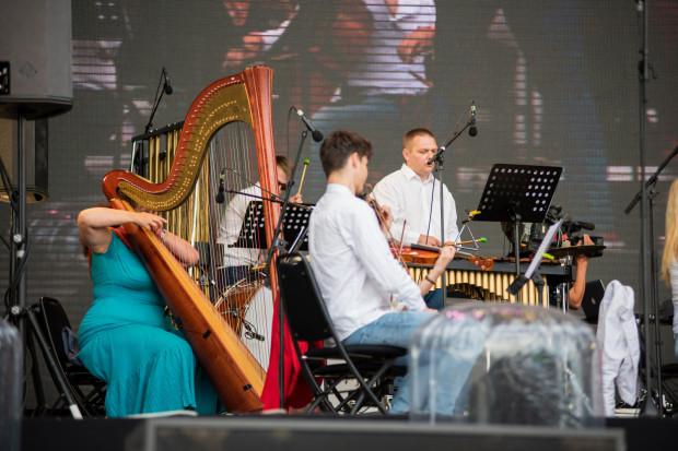 Na przestrzeni ostatnich lat w kwestii wizerunku scenicznego zapanowała ogromna swoboda. Artyści, również orkiestrowi, coraz mniejszą wagę przykładają do tego, jak wyglądają i jak zachowują się na scenie podczas koncertu.