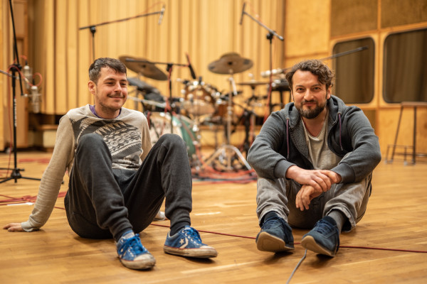 LLovage (Olo Walicki i Jacek Prościński):  Ta płyta jest totalnie eklektyczna. Tak miało być i chyba nawet nie udałoby nam się od tego uciec ze względu na stopień ekscytacji, a nawet euforii, która nam towarzyszyła podczas przygotowywania materiału.