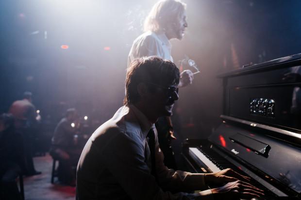 """""""Ikar"""" przybliża sylwetkę Mietka Kosza, jednego z najlepiej zapowiadających się pianistów jazzowych, który swoimi nieprzeciętnymi umiejętnościami i brawurowymi improwizacjami zachwycał publiczność nie tylko w Polsce, ale i za granicą na przełomie lat 60. i 70."""