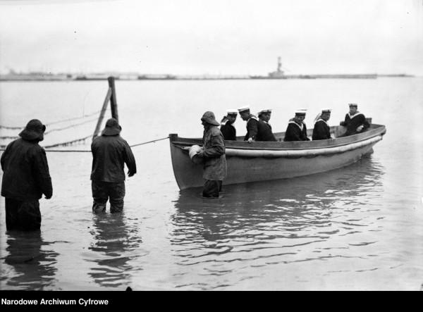 Kaszubscy rybacy i szalupa z marynarzami. Zdjęcie z 29 czerwca 1935 r.