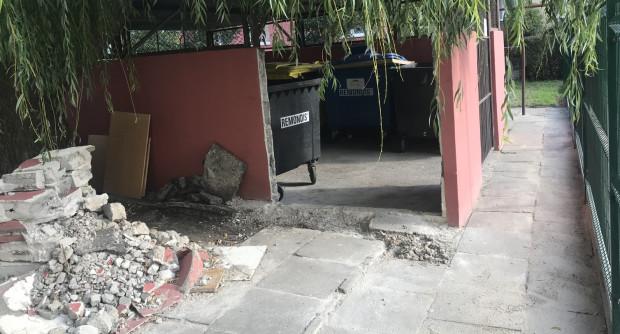 Po ustawieniu ogrodzenia, by mogły być odbierane odpady, konieczne było zrobienie wyłomu w altanie śmietnikowej.