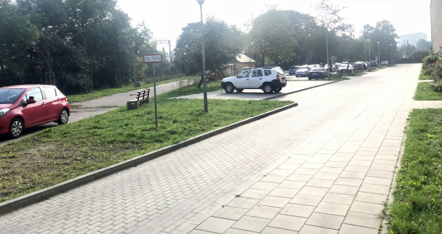 Miejsc parkingowych pod blokiem nr 25 jest zdaniem mieszkańców bloku nr 17 pod dostatkiem.