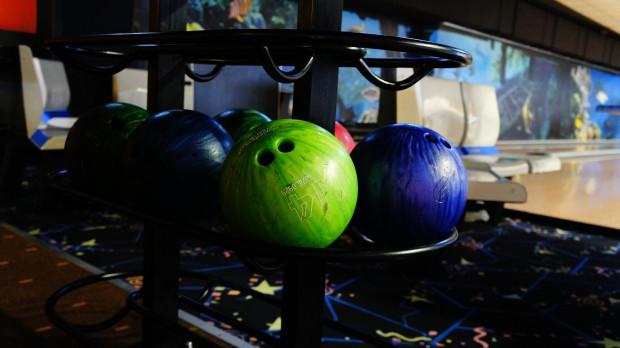 Kręgle i bowling to dwie różne formy gry. Te pierwsze polegają na rozbiciu dziewięciu kręgli kulą bez otworów na palce. Bowling z kolei opiera się na strąceniu dziesięciu kręgli, a kula ma otwory na palce i jest znacznie większa.