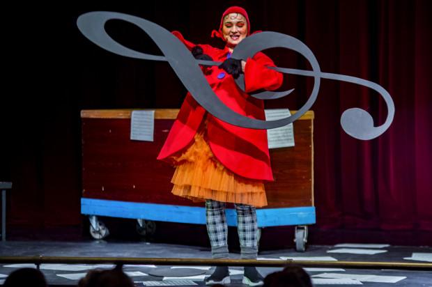 Grająca Pomposę Magadalena Nanowska ma w tej roli wiele wdzięku i bez trudu wchodzi w rolę naturalnej przewodniczki dzieci po świecie muzyki.