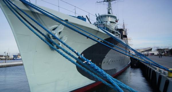 Do zdarzenia doszło przed godz. 10. Kobieta wpadła do wody między rufami okrętów ORP Błyskawica i Dar Pomorza.