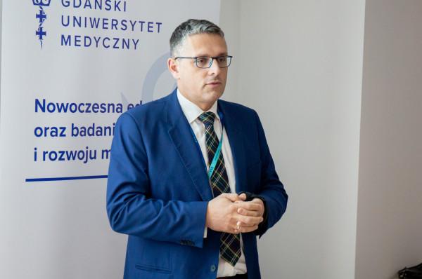 """Jakub Kraszewski, dyrektor Uniwersyteckiego Centrum Klinicznego, które jako pierwsze wprowadza akcję """"Szpital bez papierosa""""."""