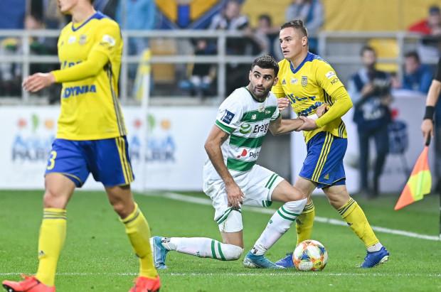 Żarko Udovicić (w środku) po pierwszej dyskwalifikacji od Komisji Ligi opuścił cztery mecze w ekstraklasie. Teraz opuści osiem i przynajmniej jedno w Pucharze Polski. Do końca roku nie może zagrać nawet w IV-ligowych rezerwach.