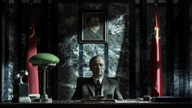 """W """"Obywatelu Jonesie"""" oprócz zagranicznych aktorów (James Norton, Peter Sarsgaard, Vanessa Kirby) możemy też oglądać Polaków. Krzysztof Pieczyński wcielił się w postać Maxima Litvinova, komisarza ludowego spraw zagranicznych."""