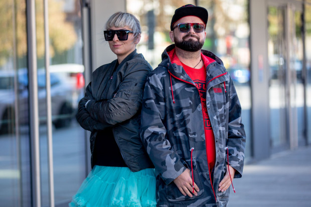 Dominik i Ewa to para projektantów, która nie boi się odważnych grafik i wyrazistych kolorów.