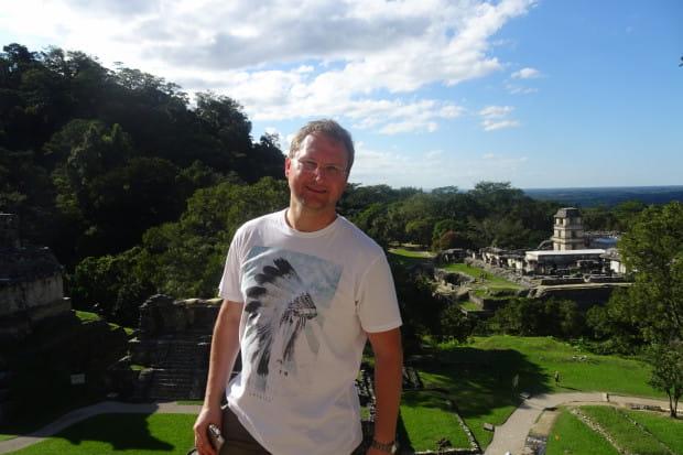 """Mariusz W. Kliszewski to rodowity kartuzianin, wieloletni gdański nauczyciel historii, a także debiutujący w tym roku autor powieści historycznej pt. """"Bez rozgrzeszenia""""."""