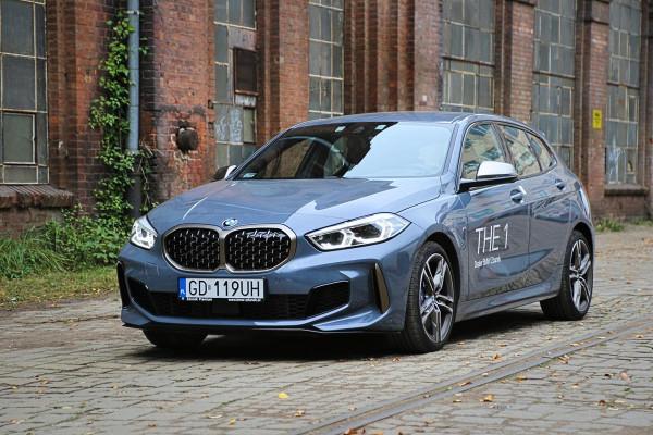 """BMW M135i xDrive to najmocniejsza odsłona najnowszej """"jedynki"""". Pod maską tego egzemplarza pracuje 2-litrowy silnik generujący moc 306 KM."""
