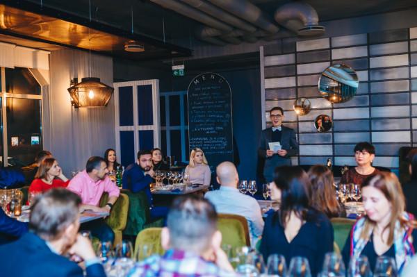 Trójmiejscy sommelierzy regularnie organizują kolacje z winem, jednak bitwa na etykiety rozegrała się po raz pierwszy. Na zdjęciu: Dawid Sojka.