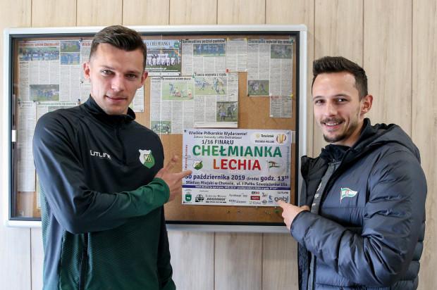 Chełmianka Chełm grała z Lechią Gdańsk, a to oznaczało pojedynek braci Wolskich. Rafał (z prawej) i Paweł spotkali się przy plakacie zapowiadającym mecz Pucharu Polski, ale na boisku się rozminęli.