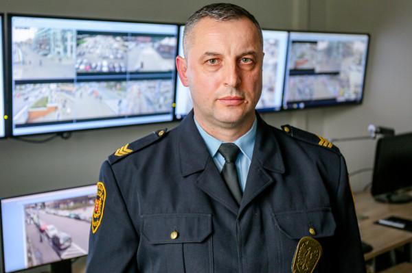 Piotr Ziętarski w monitoringu Gdańsk-Śródmieście pracuje od 17 lat i - jak zapewnia - praca daje mu ciągłą satysfakcję, bo każdego dnia może pomóc uratować czyjeś życie.