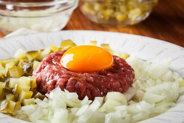 W ciąży nie wolno jeść produktów surowych, m.in. mięsa.