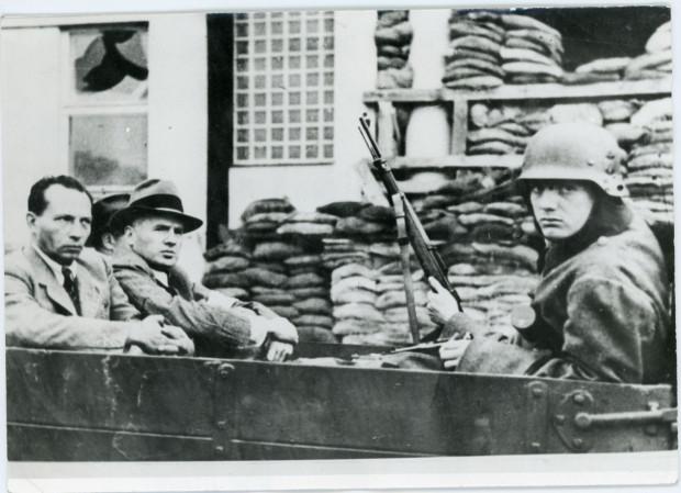 Aresztowani zakładnicy gdyńscy - Jerzy Michalewski (z lewej) i Zdzisław Żydowo, wrzesień 1939 r., Zbiory Muzeum Miasta Gdyni.