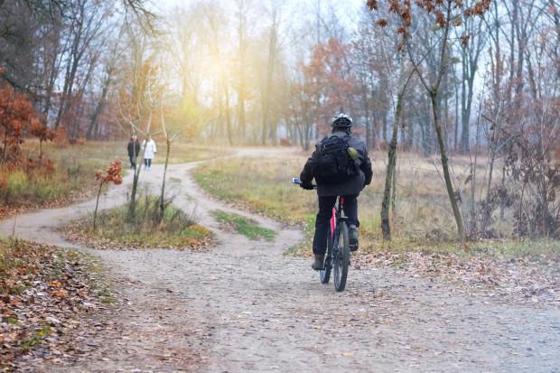 Jesienią nie można unikać wychodzenia na dwór. Najlepsza jest jazda na rowerze, która angażuje więcej partii mięśni niż chodzenie.