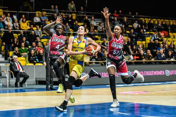 Rebecca Allen (w środku) była nie do zatrzymania w czwartkowy wieczór. Australijka zdobyła 23 punkty.