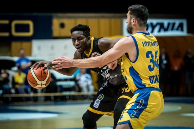 Nana Foulland (z lewej) jest liderem Energa Basket Ligi w klasyfikacji zbiorek. Po sześciu kolejkach ma ich 54 na koncie.
